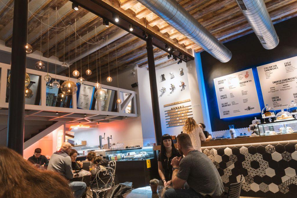 Das Café mit seiner hohen Decke und mosaikbestückten Bartresen.