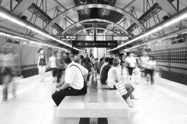 Menschen warten auf die U-Bahn.