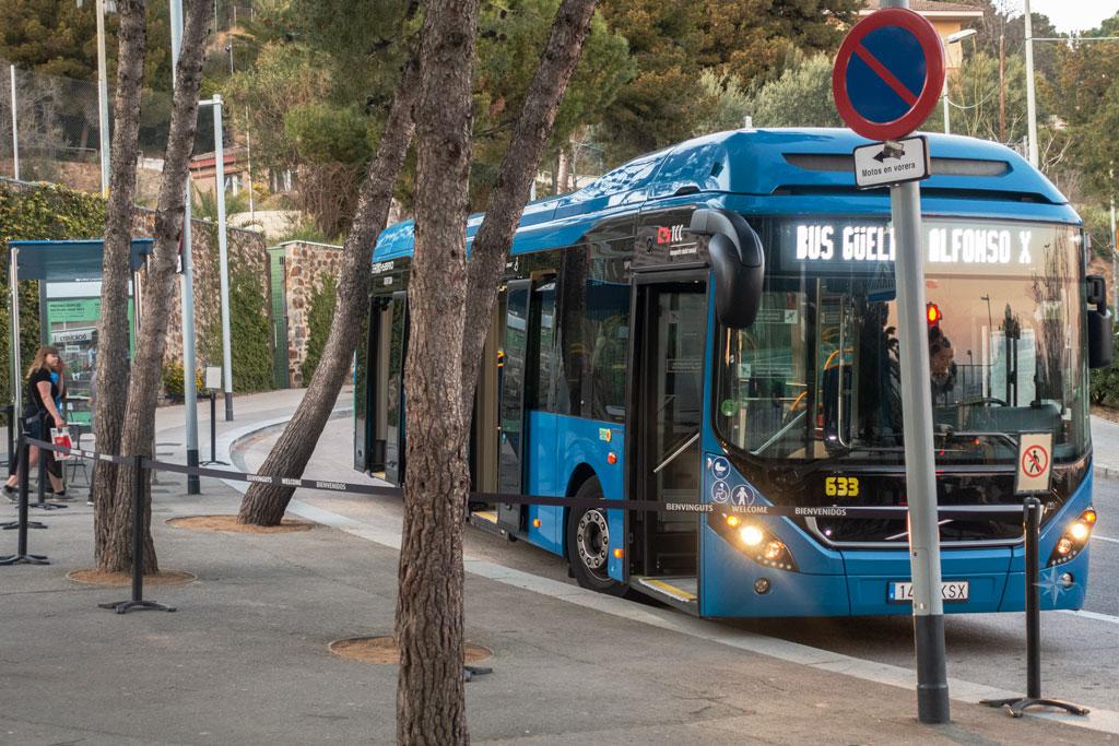 Der kostenfreie, blaue Shuttlebus an der Haltestelle vor dem Park Güell.