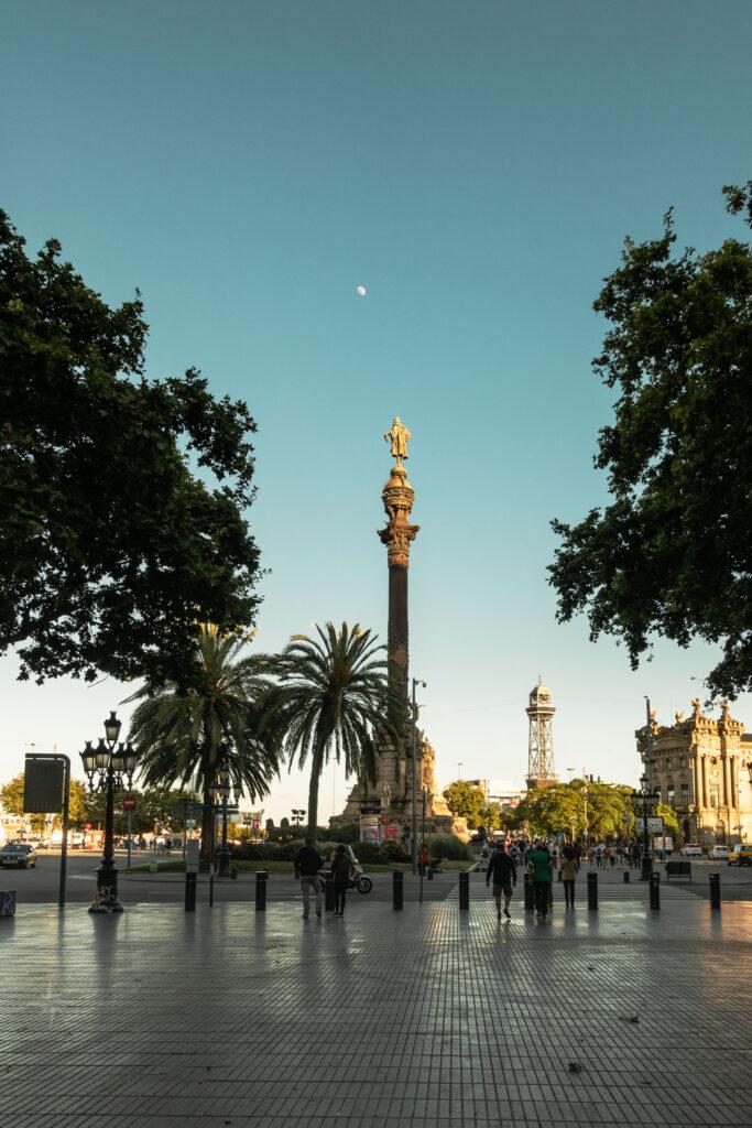 Die Kolumbusstatue zeigt auf den über ihr stehenden Mond.