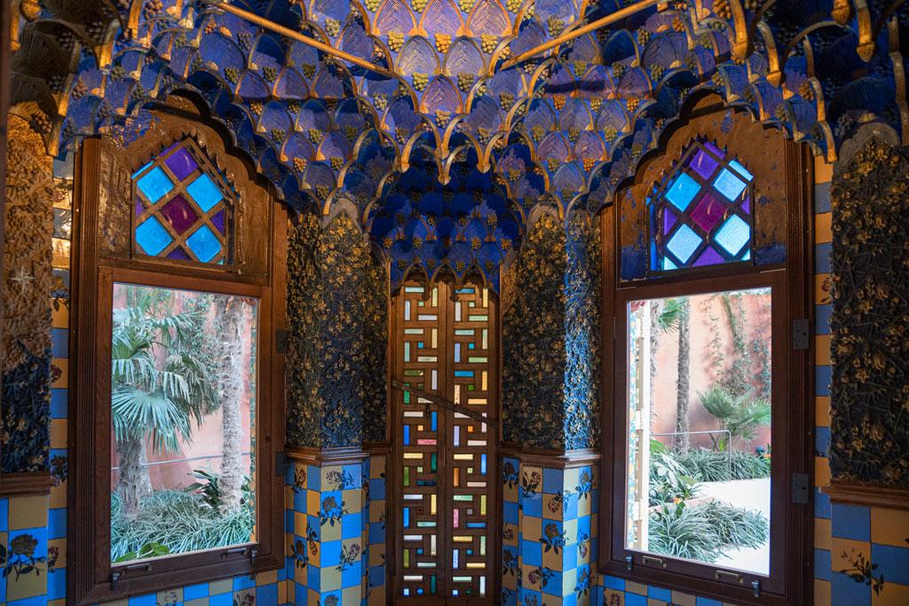 Das islamisch anwärmende Raucherzimmer mit bunten Kacheln und blauer Gewölbedecke.