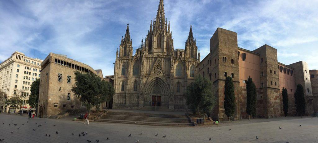 Vor der Kathedrale sind nur Tauben und vereinzelt Menschen zu sehen.