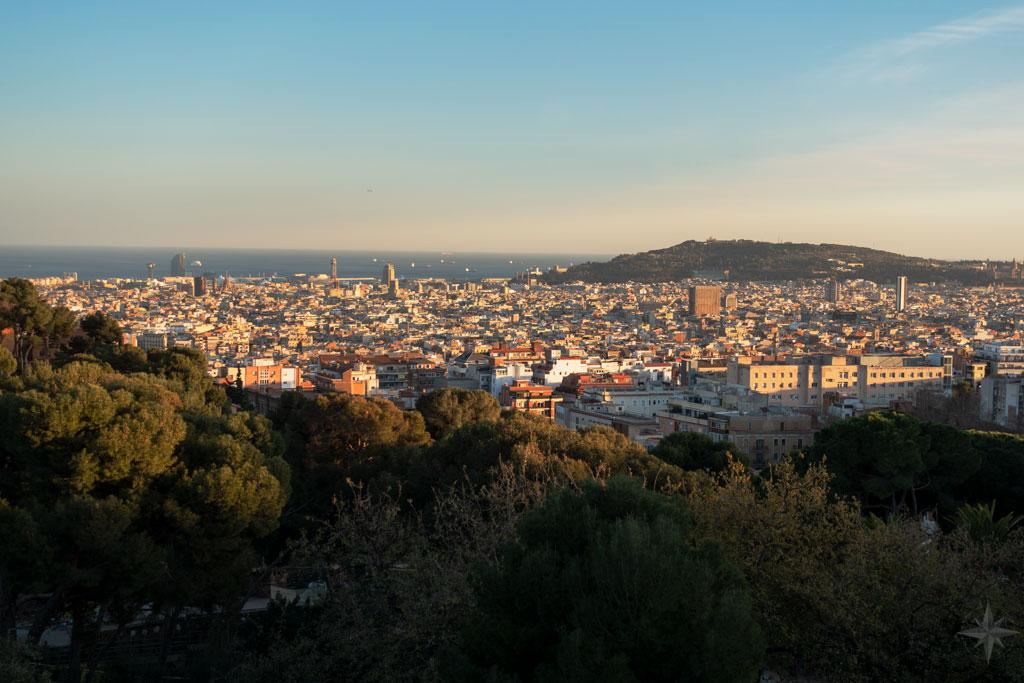 Aussicht über Barcelona bis zum Montjuïc, vom Pont de Dalt des Park Güell.