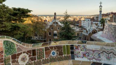 Die mit bunten Keramikscherben besetzte Bank mit Barcelona im Hintergrund.