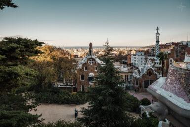 Aussicht vom Balkon des Plaça de Natura über das Wachhaus und Barcelona.