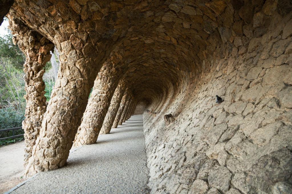 Einer der Säulengänge im Park Güell.
