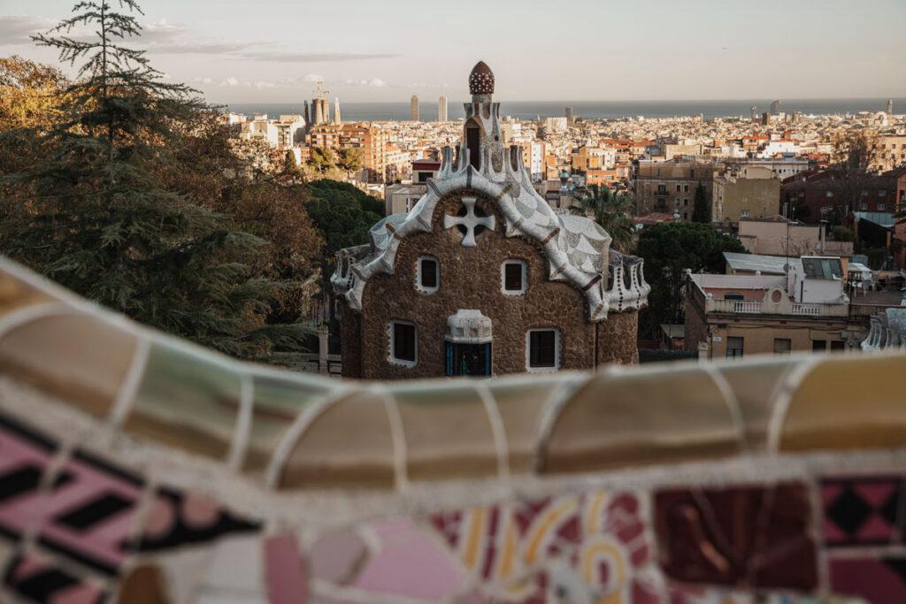 Blick vom Balkon des Platzes auf die Casa de Guarda und Barcelona.