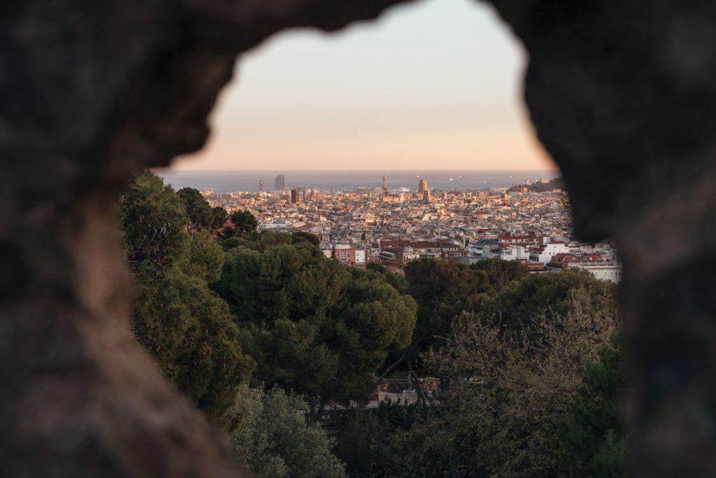 Blick auf Barcelona durch ein Loch im Gestein.