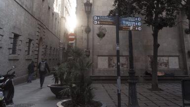 Ein Wegweiser im alten, gotischen Stadtviertel von Barcelona.