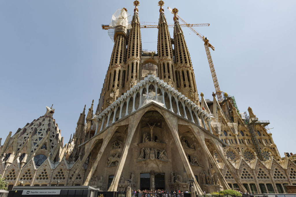 Die Passionsfassade der Sagrada Familia erinnert von weitem an ein Skelett.