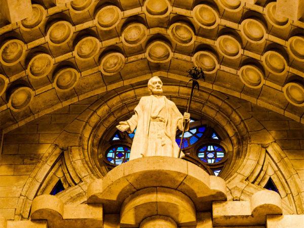 Die Statue eines Heiligen im Inneren der Sagrada Familia.