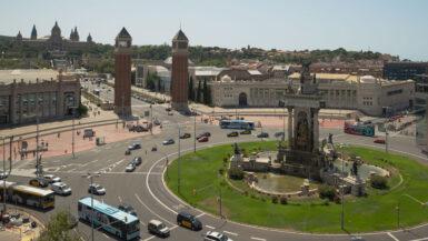 Der Plaça Espanya von oben betrachtet, mit mehreren Bussen und Autos im Kreisverkehr.