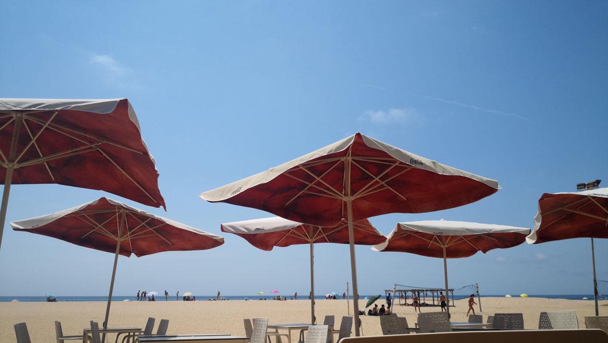 Die aufgespannten Sonnenschirm in einer Strandbar in Barcelona.