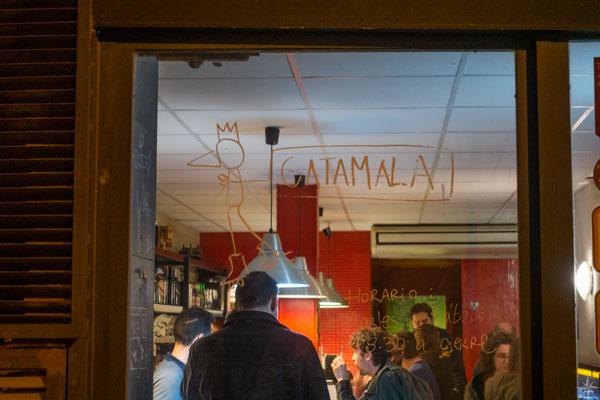 Blick durch die Eingangstür in die Tapas Bar.