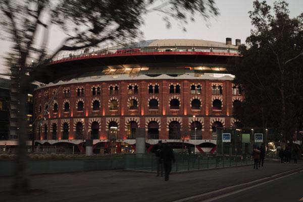 Die alte Stierkampfarena von Barcelona am Abend.