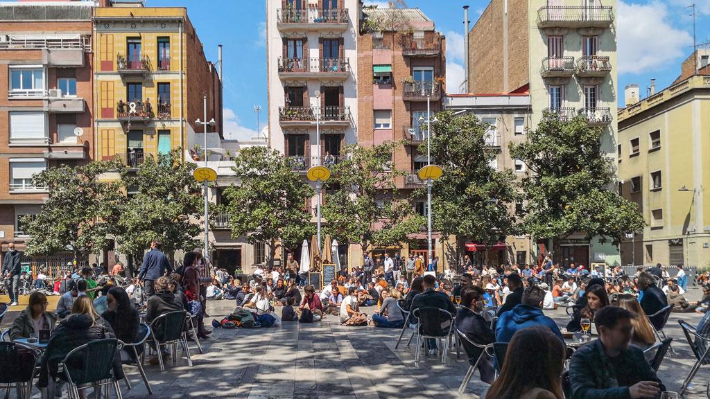 Belebter Platz in Barcelona an einem sonnigen Frühlingstag.
