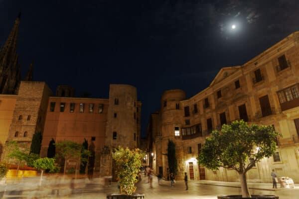 Die Pforte zum alten, gotischen Viertel von Barcelona bei Nacht.
