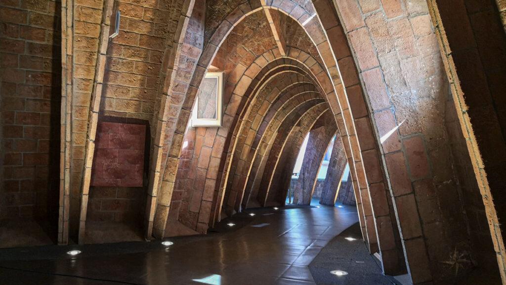 Der Dachboden der Casa Milà erinnert an die Rippen eines Wales, von innen gesehen.