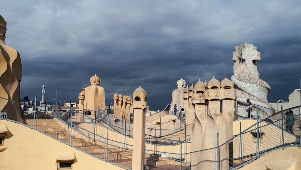 Schornsteine auf dem Dach der Casa Milà, die an römische Krieger erinnern.