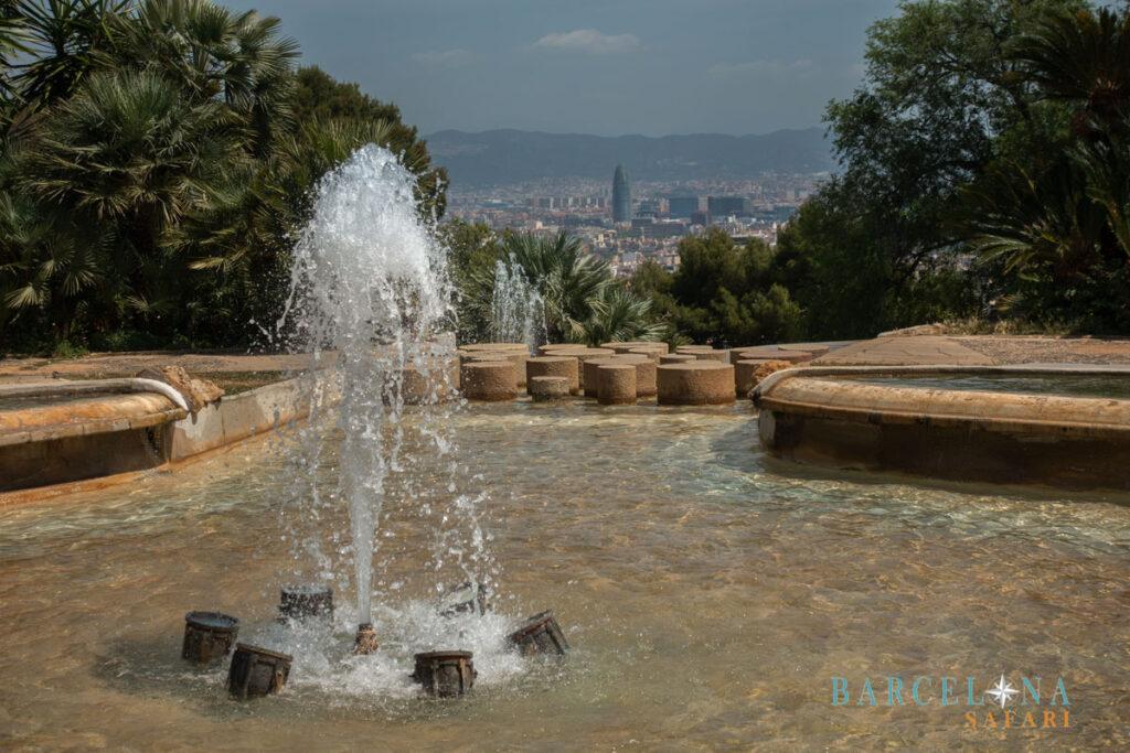 Springbrunnen im Parc Montjuïc, mit Blick auf Barcelona und Torre Agbar.