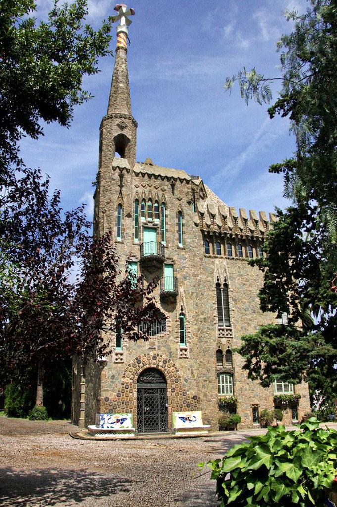 Die Casa Figueras erinnert von aussen an eine Burg.