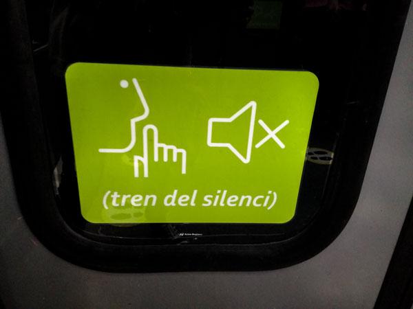 Schild mit Hinweis, dass im Zug nicht gesprochen werden soll.
