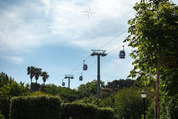 Die Seilbahn überquert den Park Montjuïc.
