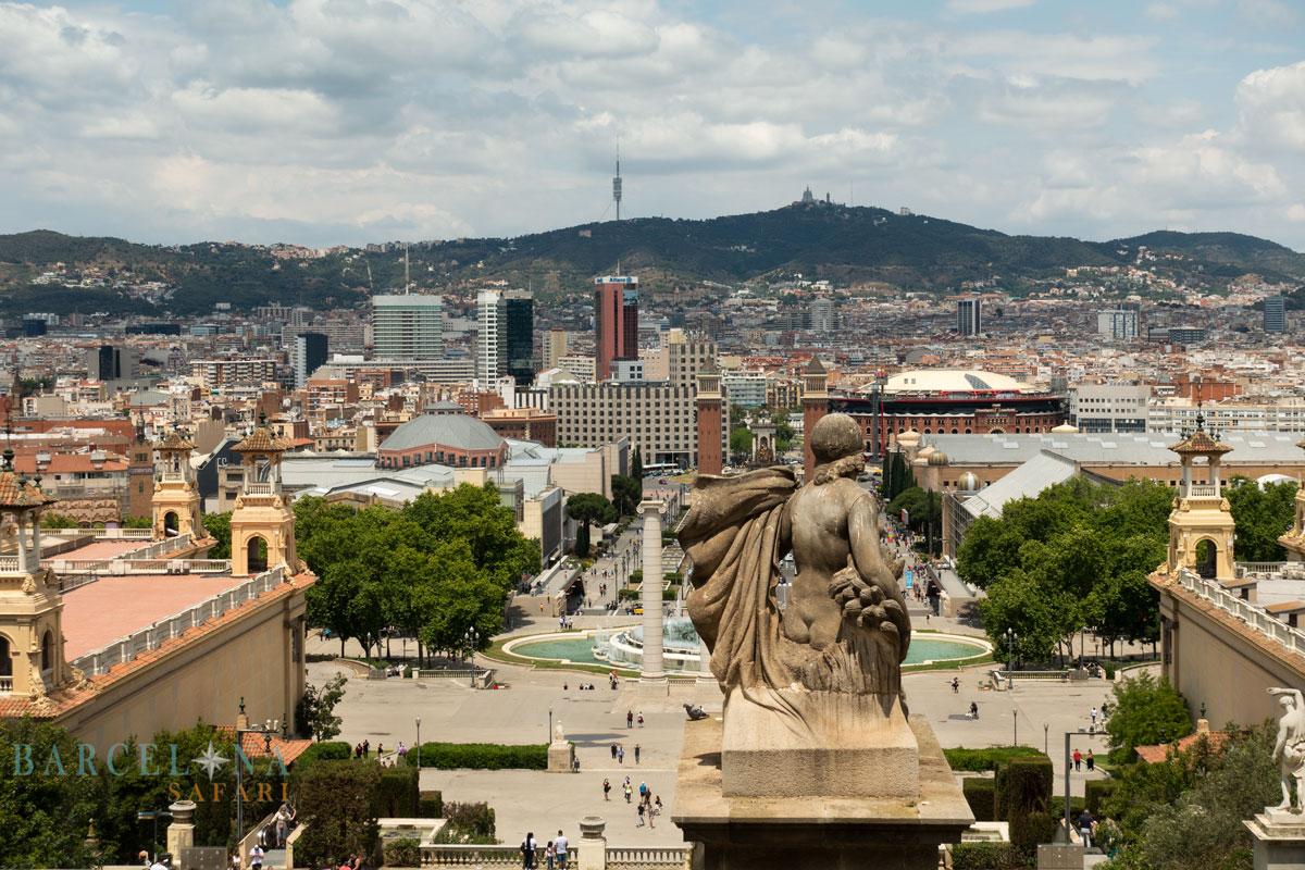 Blick vom Nationalpalast Barcelona über den Font Màgica und Plaça Espanya bis zum Tibidabo.