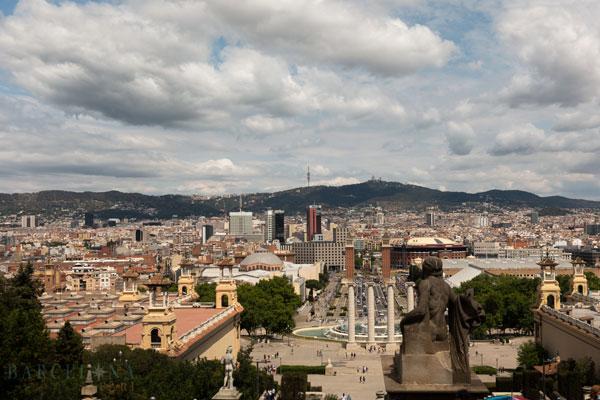 Aussicht vom Nationalpalast über Barcelona und den Berg Tibidabo.