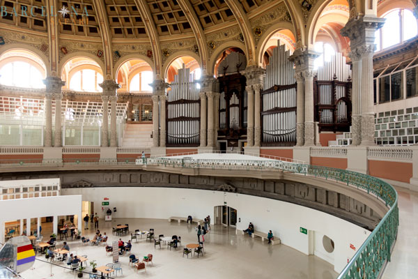 Die grosse Orgel, das kumpelförmige Dach und ein Café im Inneren des Palau Nacional.