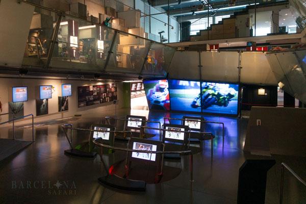 Bildschirme im Inneren des Sport und Olympia Museum auf dem Montjuïc.