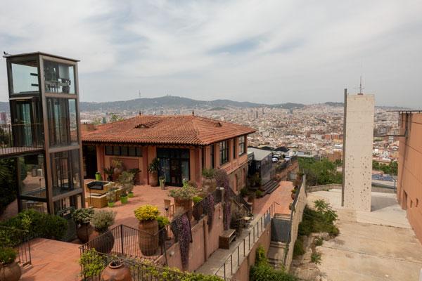 Blick über das Restaurant und über Barcelona.