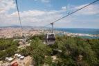 Blick von einer Gondel der Seilbahn auf das Meer und Barcelona.