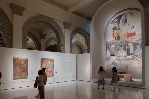 Ausstellungssaal über Romanik im Kunstmuseum von Barcelona.