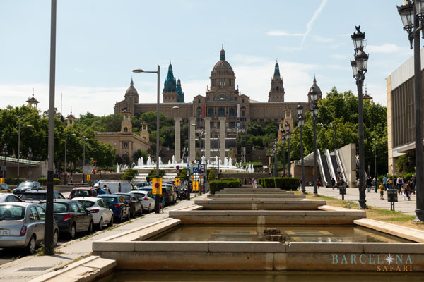Die Wasserbecken und der Magische Brunnen vor dem Nationalpalast.